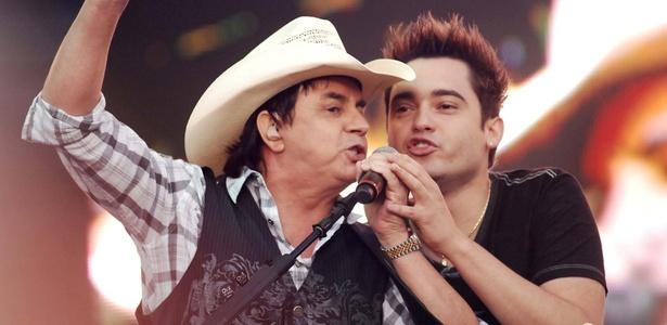 Chit�ozinho canta com Fernando, da dupla Fernando & Sorocaba, em festival sertanejo em S�o Paulo (23/10/2010)