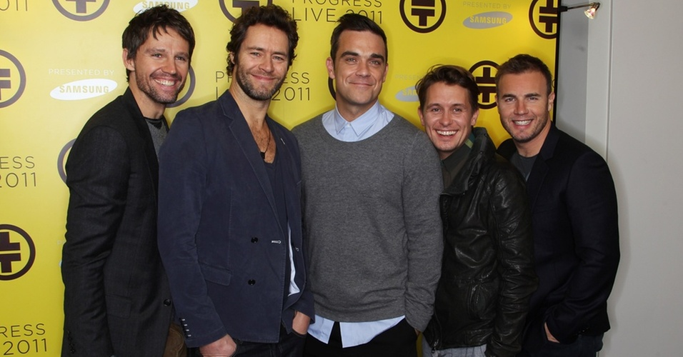 Jason Orange, Howard Donald, Robbie Williams, Mark Owen e Gary Barlow em anncio da turn de retorno do Take That, em Londres (26/10/2010)