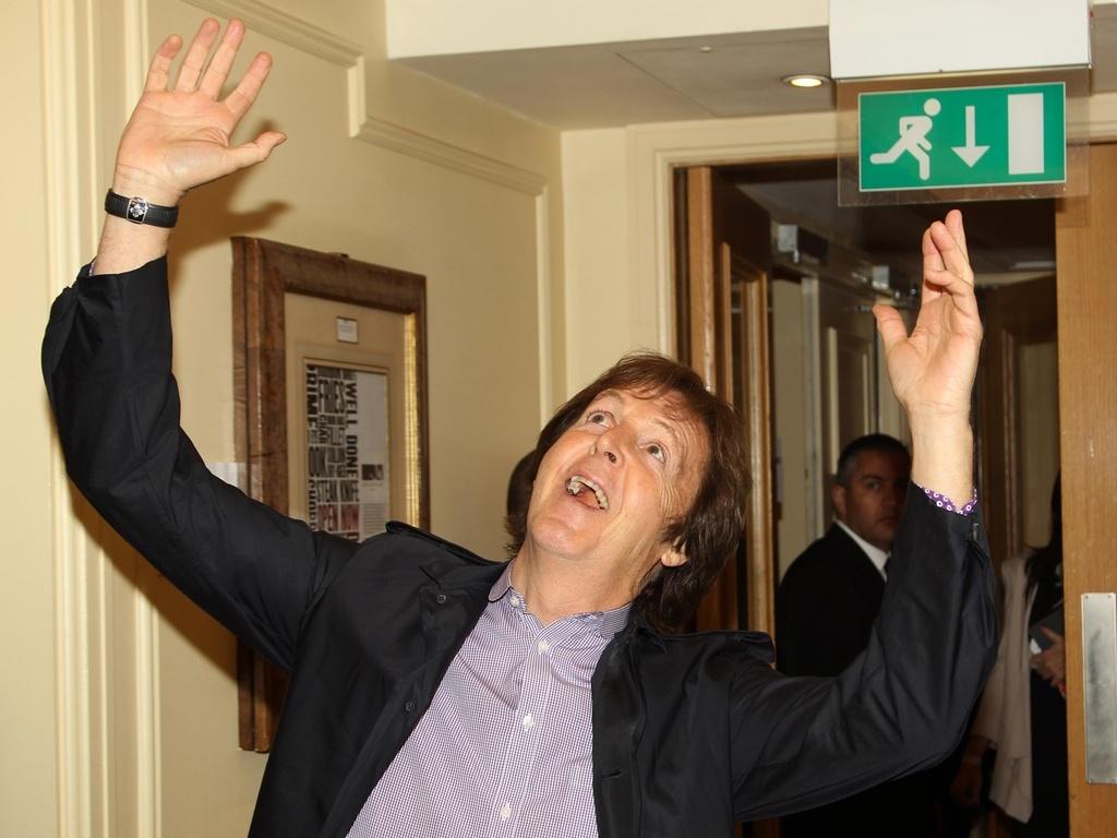 Paul McCartney nos bastidores da premiação da revista inglesa