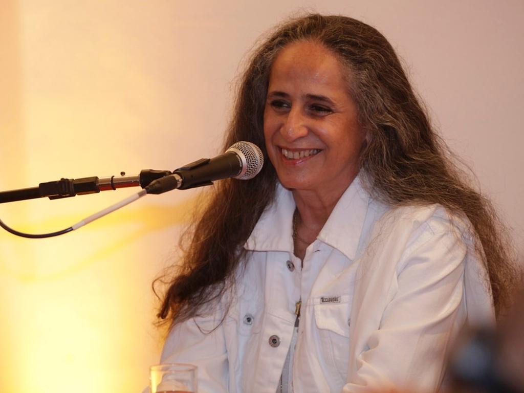 Maria Bethânia durante entrevista coletiva no Rio de Janeiro (05/11/2010)