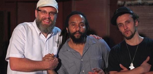 o-produtor-bid-com-o-musico-jamaicano-ky-mani-marley-e-dj-gusta-durante-gravacoes-do-bambas-dois-na-jamaica-1289305673910_615x300.jpg