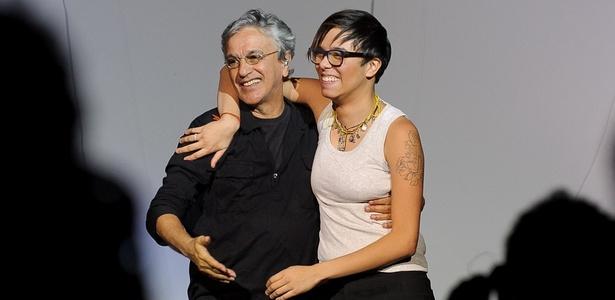 Caetano Veloso e Maria Gadú se abraçam em apresentação no Via Funchal, em São Paulo (24/11/2010)