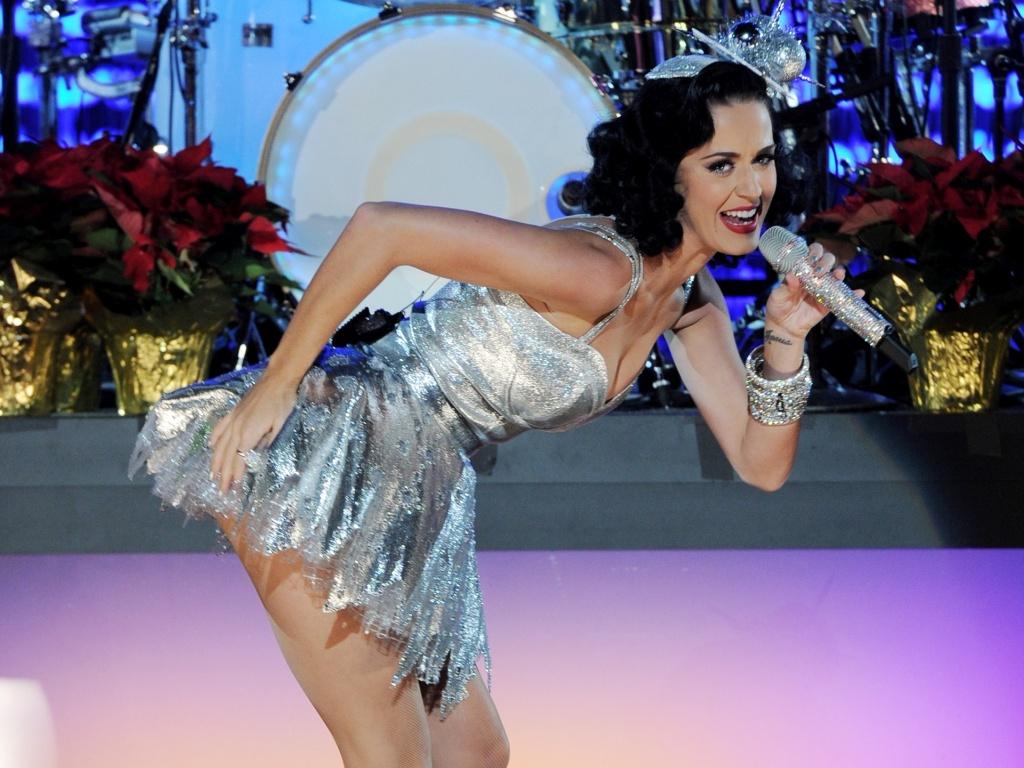 Katy Perry se apresenta em evento do Grammy em Los Angeles (30/11/2010)
