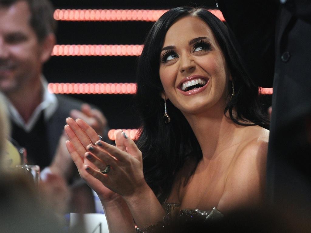 Katy Perry sorri durante cerimônia de anúncio dos indicados ao Grammy 2011, em Los Angeles (01/12/2010)