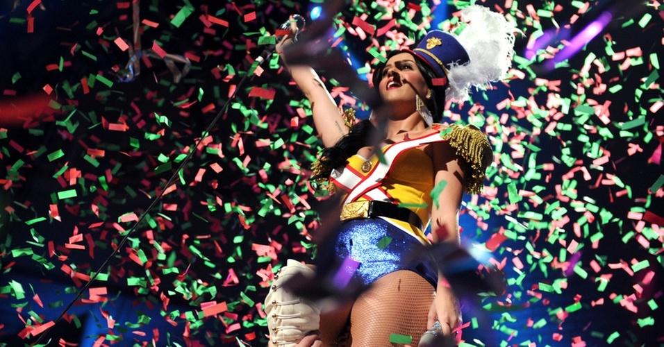 Katy Perry canta vestida como Quebra-Nozes em NY (10/12/2010)
