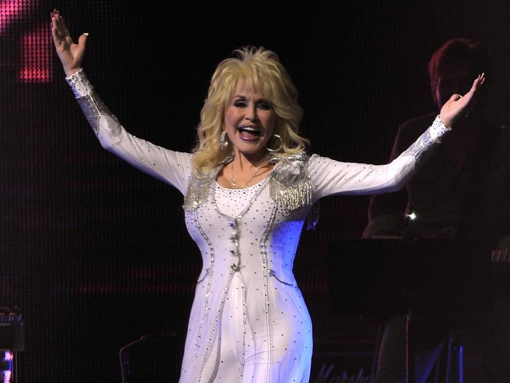 Dolly Parton participa de show beneficente em Nashville, Estados Unidos (05/10/2010)