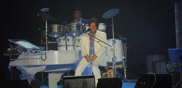 Roberto Carlos canta em show na praia de Copacabana, no Rio de Janeiro; espetáculo conta com diversos convidados (25/12/2010)