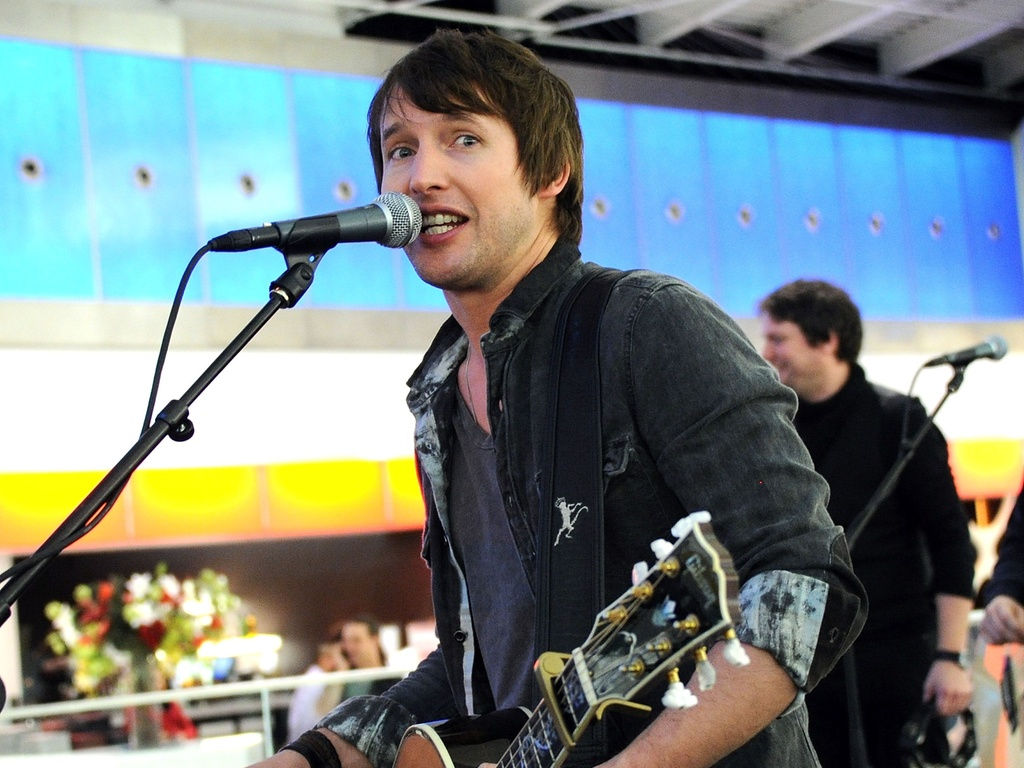 O msico britnico James Blunt durante apresentao no aeroporto JFK em Nova York, nos Estados Unidos (18/01/2011)