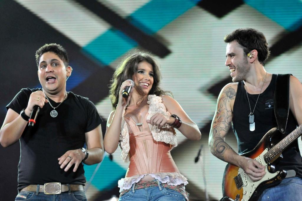 Paula Fernandes participa do show da dupla Jorge & Mateus no segundo dia do Festival de Verão de Salvador (03/02/2011)