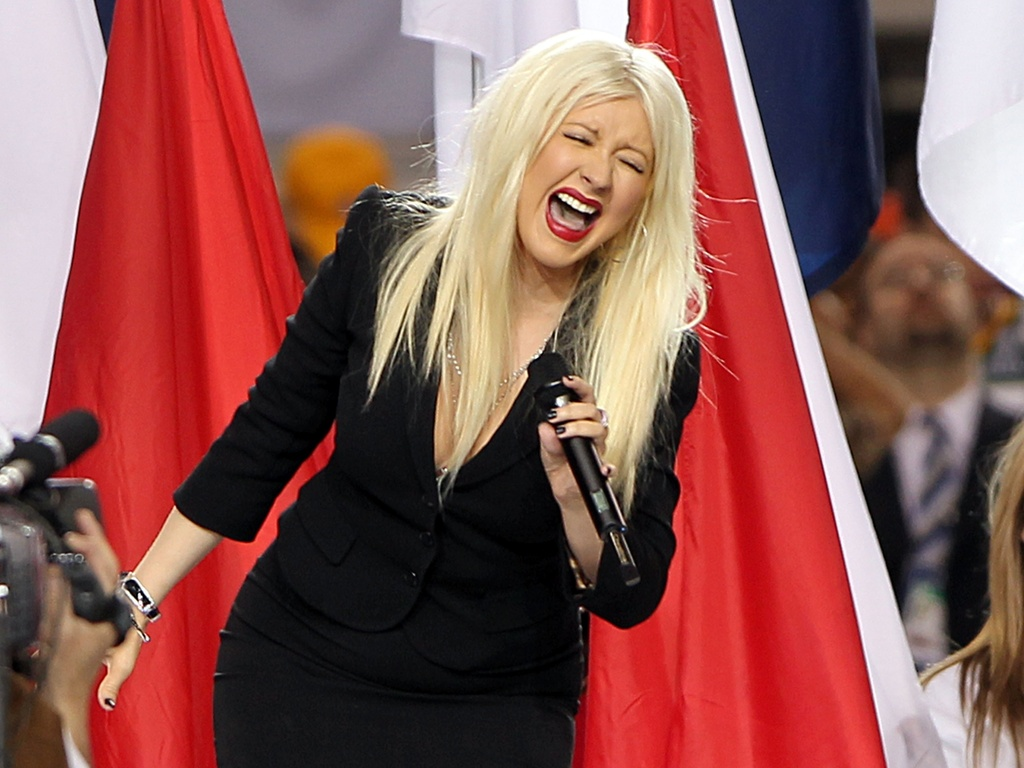 Christina Aguilera canta o hino norte-americano no Super Bowl, em Dallas (06/02/2011)