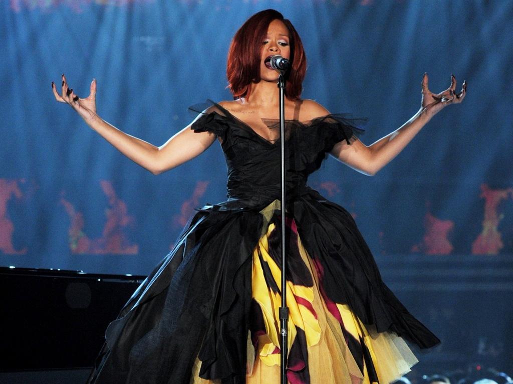 Rihanna se apresenta no Grammy, em Los Angeles (13/02/2011)