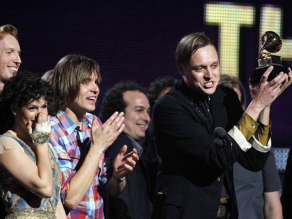 Win Butler e integrantes do Arcade Fire recebem o Grammy de disco do ano por