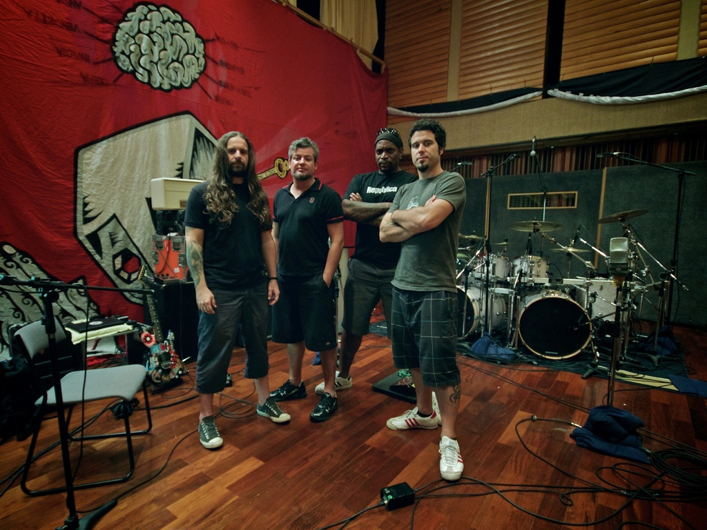 Os integrantes do Sepultura: Andreas Kisser, Paulo Jr, Derrick Green e Jean Dolabella em gravao do lbum 