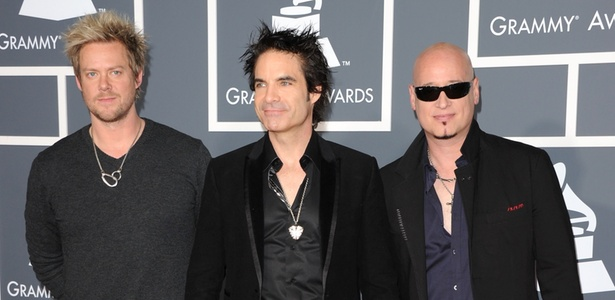 Os músicos Scott Underwood, Patrick Monahan e Jimmy Stafford, do Train, no Grammy 2011, em Los Angeles (13/02/2011)
