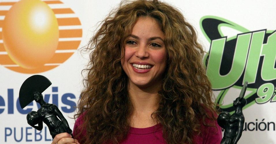 Shakira posa com prêmios