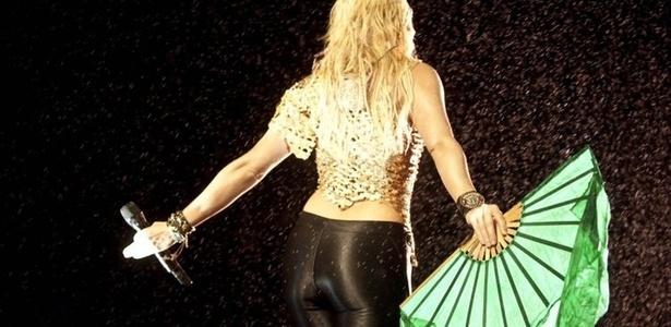 A colombiana Shakira se apresenta com um adereço de leque em seu show no Pop Music Festival, que acontece neste sábado no estádio do Morumbi (19/03/2011)