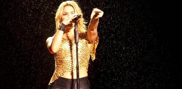 Sob garoa, colombiana Shakira canta no Pop Music Festival de São Paulo