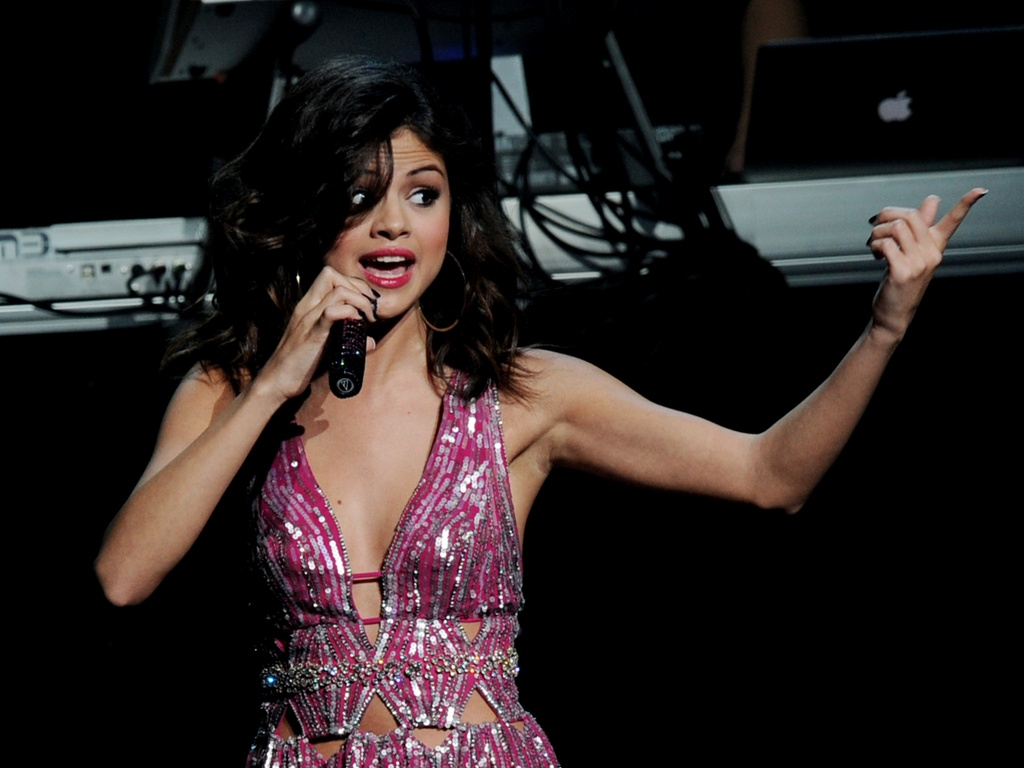 Selena Gomez canta em evento beneficente na Califrnia, EUA (20/03/2011)