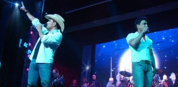 Zezé Di Camargo e Luciano durante apresentação no cruzeiro É o Amor (20/03/2011)
