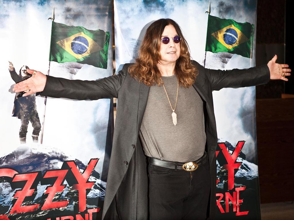 Ozzy Osbourne posa para fotos antes de entrevista coletiva em São Paulo (1º/04/2011)