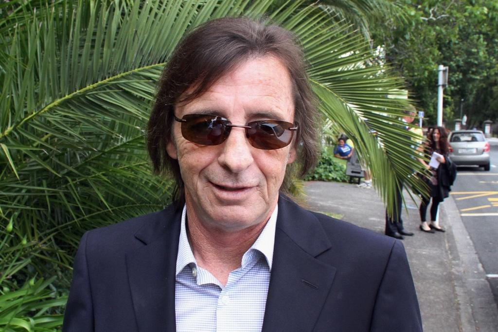 Phil Rudd, baterista do AC/DC, deixa tribunal em Tauranga, na Nova Zelândia (01/12/2010)