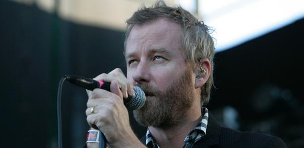 O cantor Matt Berninger, do The National, se apresenta no festival lollapalooza, em Santiago, no Chile (02/04/2011)