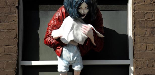 Estátua de Michael Jackson com bebê na janela irrita fãs em Londres  Estatua-chamada-madonna-and-child-de-michael-jackson-segurando-seu-filho-na-janela-em-londres-04062011-1302118418166_615x300