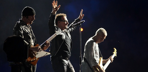 The Edge, Bono e Adam Clayton durante show do U2 no Etihad Stadium de Melbourne, na Austrália (01/12/2010)