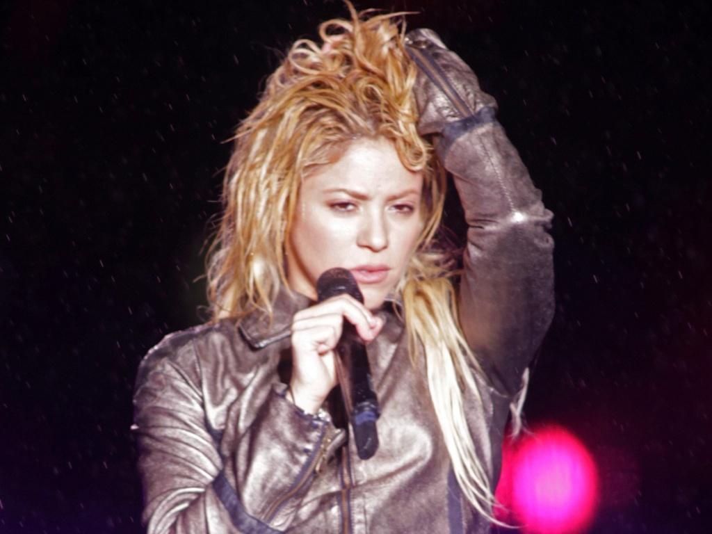Shakira faz show sob chuva na Romênia (07/05/2011)