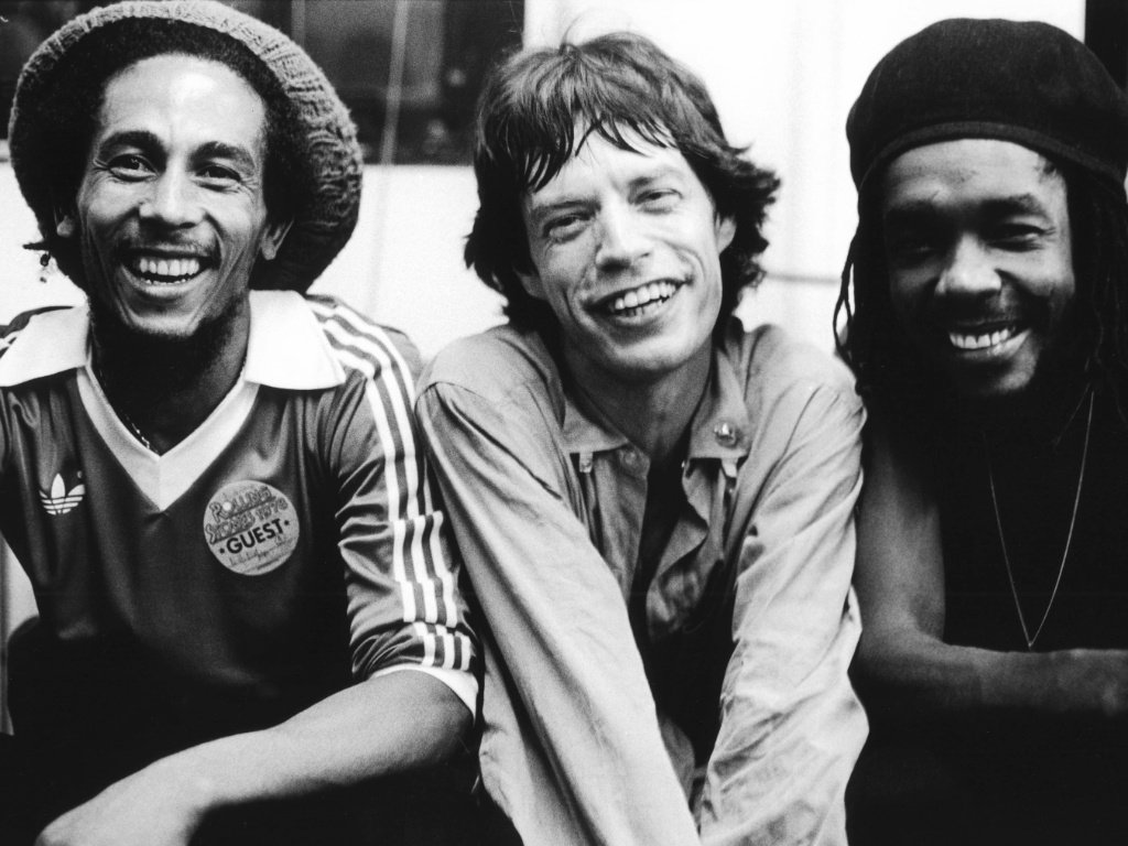 Bob Marley, Mick Jagger e Peter Tosh posam para foto nos bastidores do show dos Rolling Stones no Palladium, em Nova York (19/06/1978)