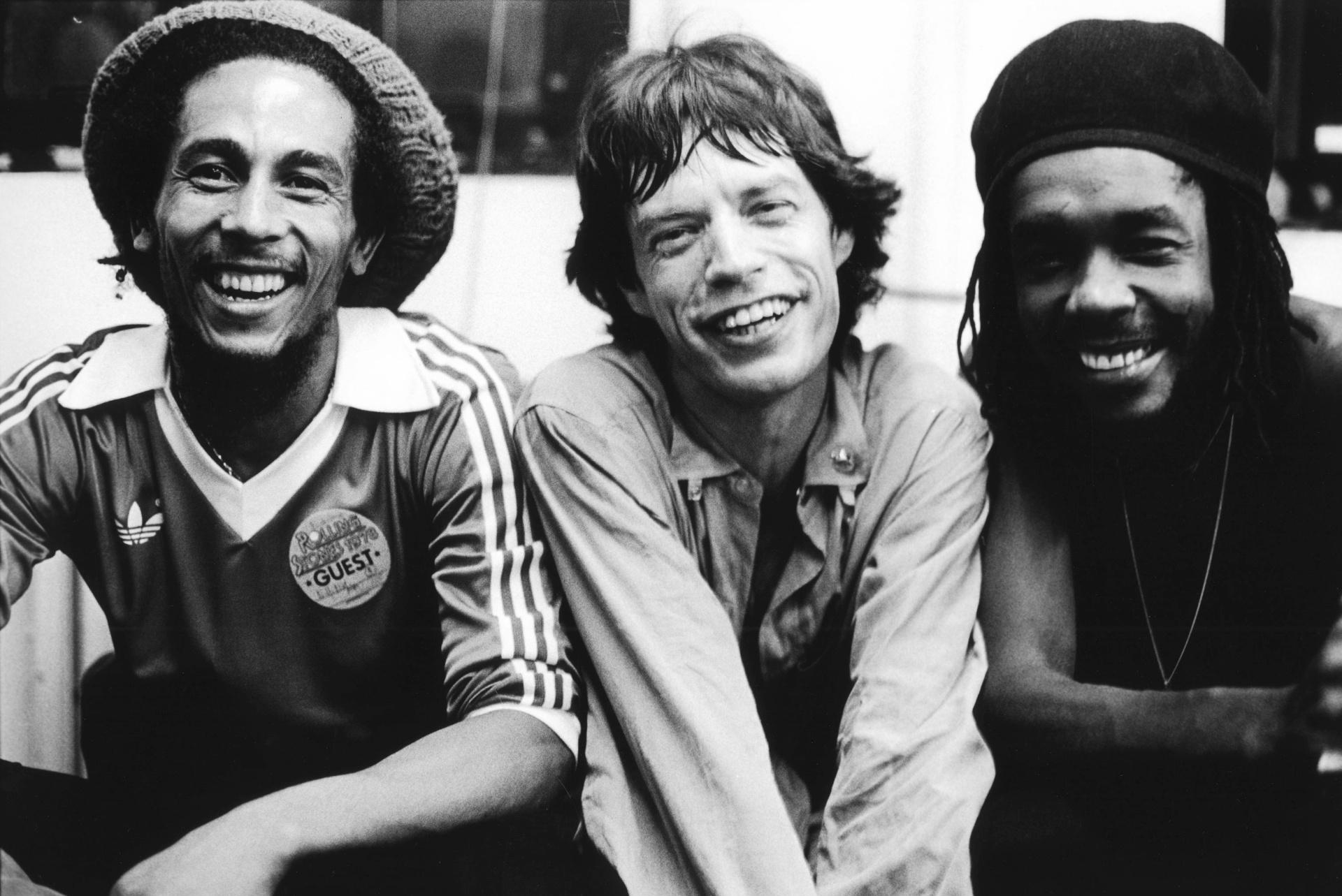 Bob Marley, Mick Jagger e Peter Tosh posam para foto nos bastidores do show dos Rolling Stones no Palladium, em Nova York (19/06/1978)