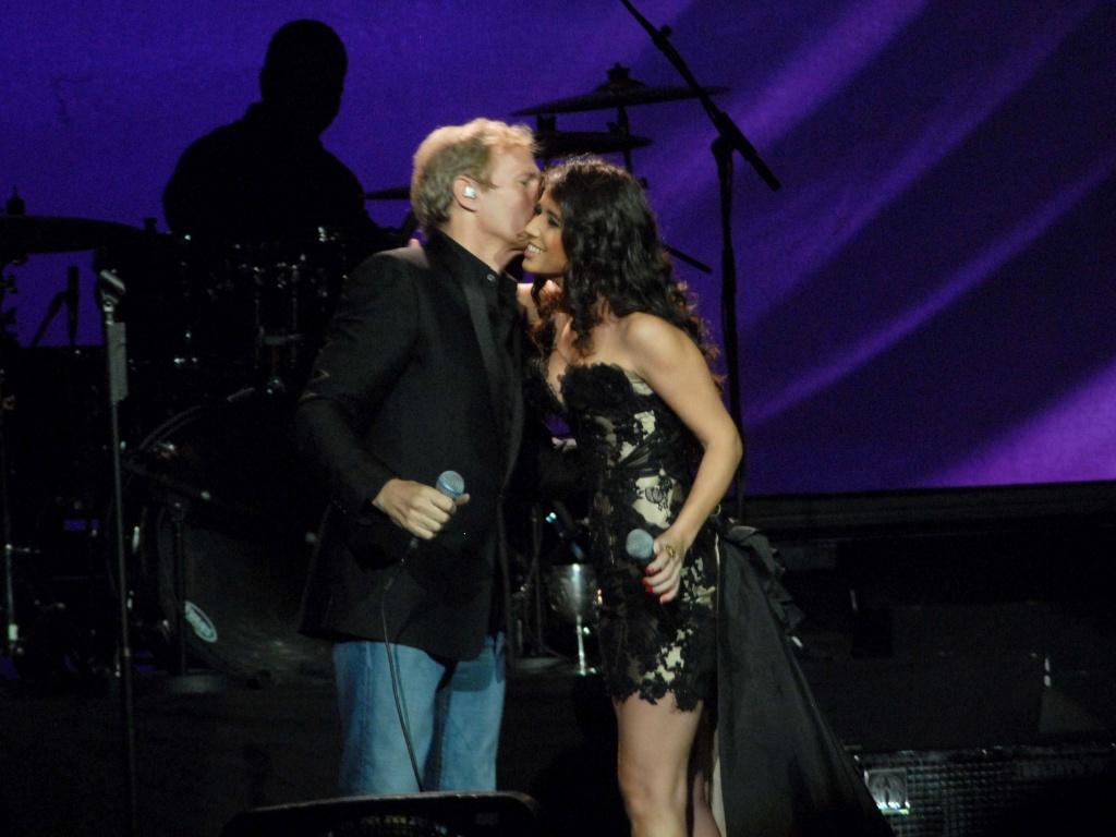 Michael Bolton recebe Paula Fernandes em seu show no Via Funchal, em São Paulo (17/05/2011)