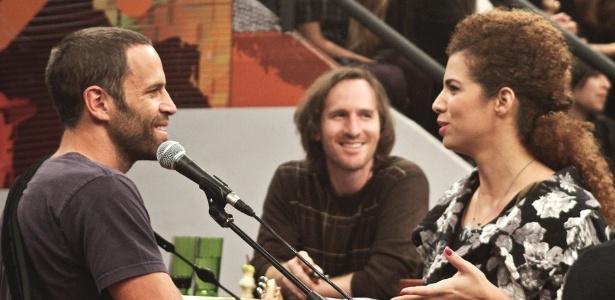 Jack Johnson conversa com Vanessa da Mata durante gravação do programa