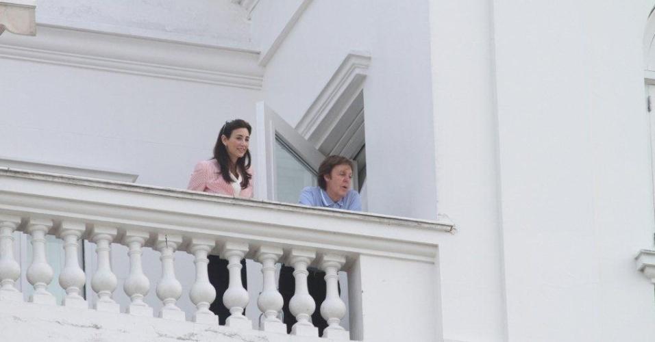 Paul McCartney aparece na sacada do hotel Copacabana Palace, ao lado da noiva, após desembarcar no Rio (21/5/2011)