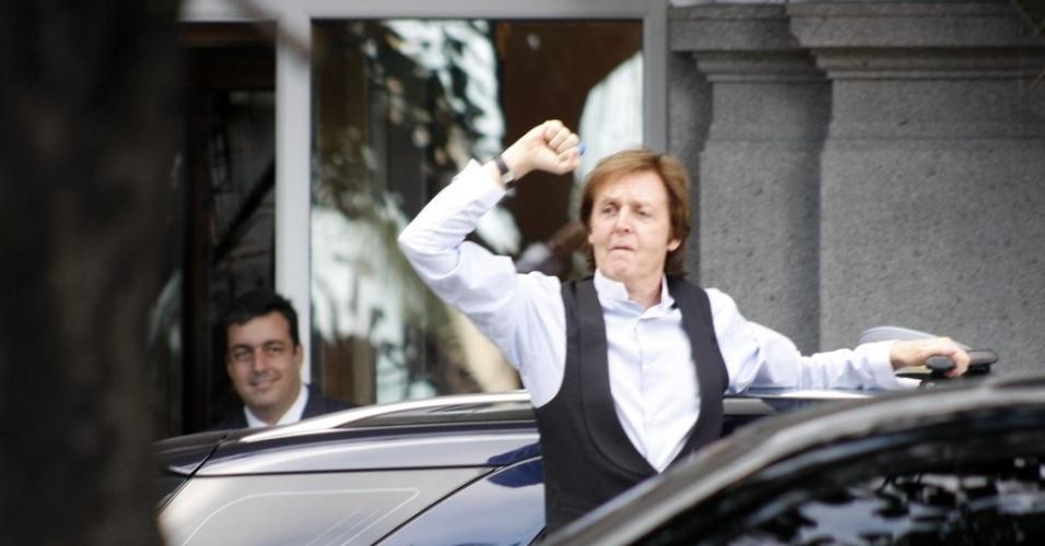 Paul McCartney deixa hotel Copacana Palace, no Rio de Janeiro, e se dirige ao Engenhão (22/5/2011)