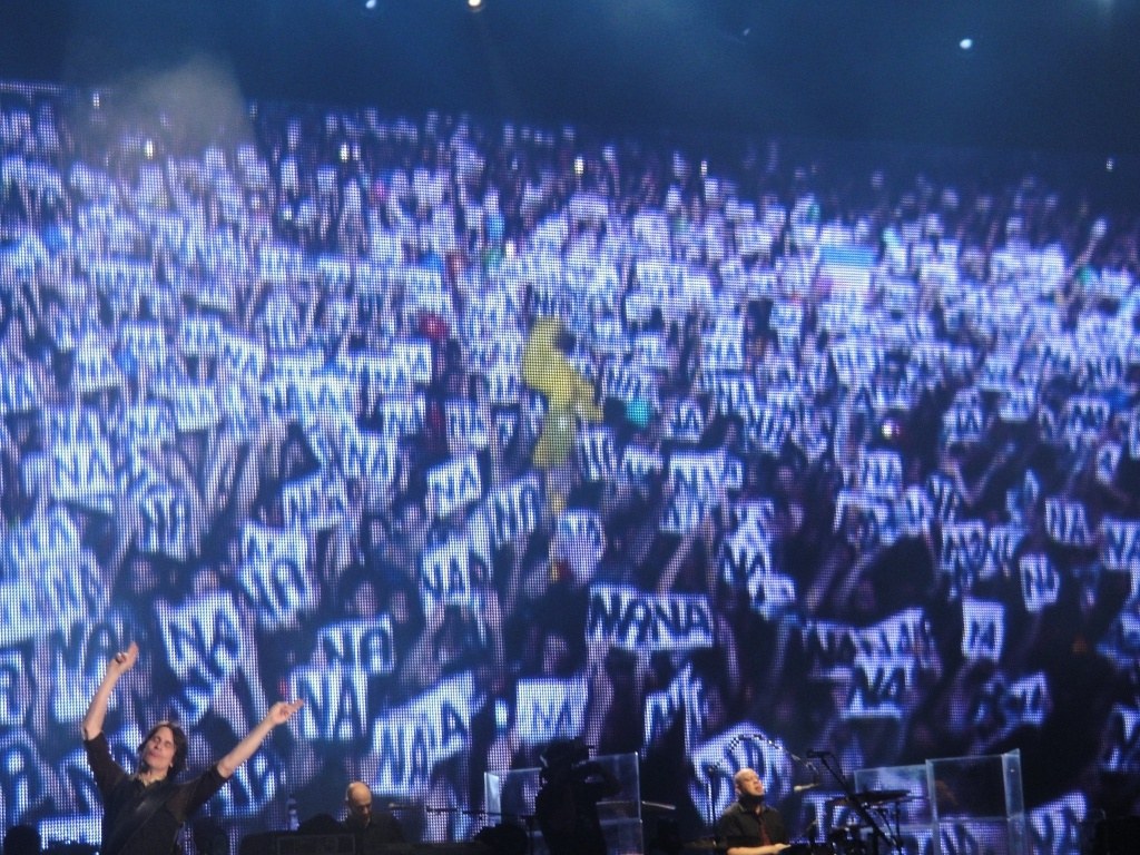 Telão do show de Paul McCartney no Rio de Janeiro mostra momento em que o público levanta placas com a sílaba