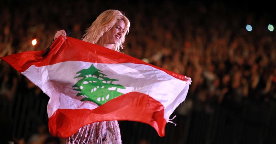 Shakira segura bandeira do Líbano durante show na cidade de Beirute (26/05/2011)