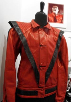 Jaqueta usada no vídeo Thriller vendida por 1.8 milhões Jaqueta-do-michael-jackson-usada-no-clipe-trilher-e-leiloada-em-casa-especializada-em-beverly-hills-california-26511-1307365354058_300x430