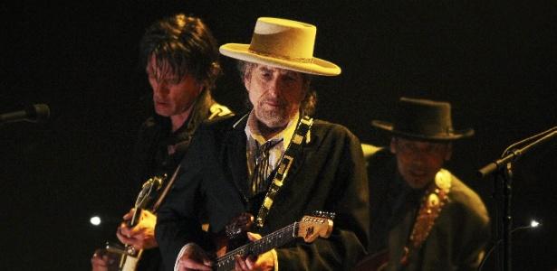 Bob Dylan toca guitarra durante apresentação no festival London Feis no Finsbury Park, em Londres (19/06/2011)