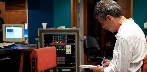 Chico Buarque durante gravação do disco