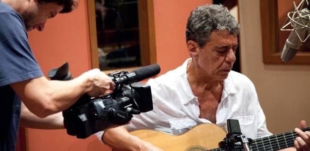 Chico Buarque toca violão e canta durante gravação do disco Chico (2011)