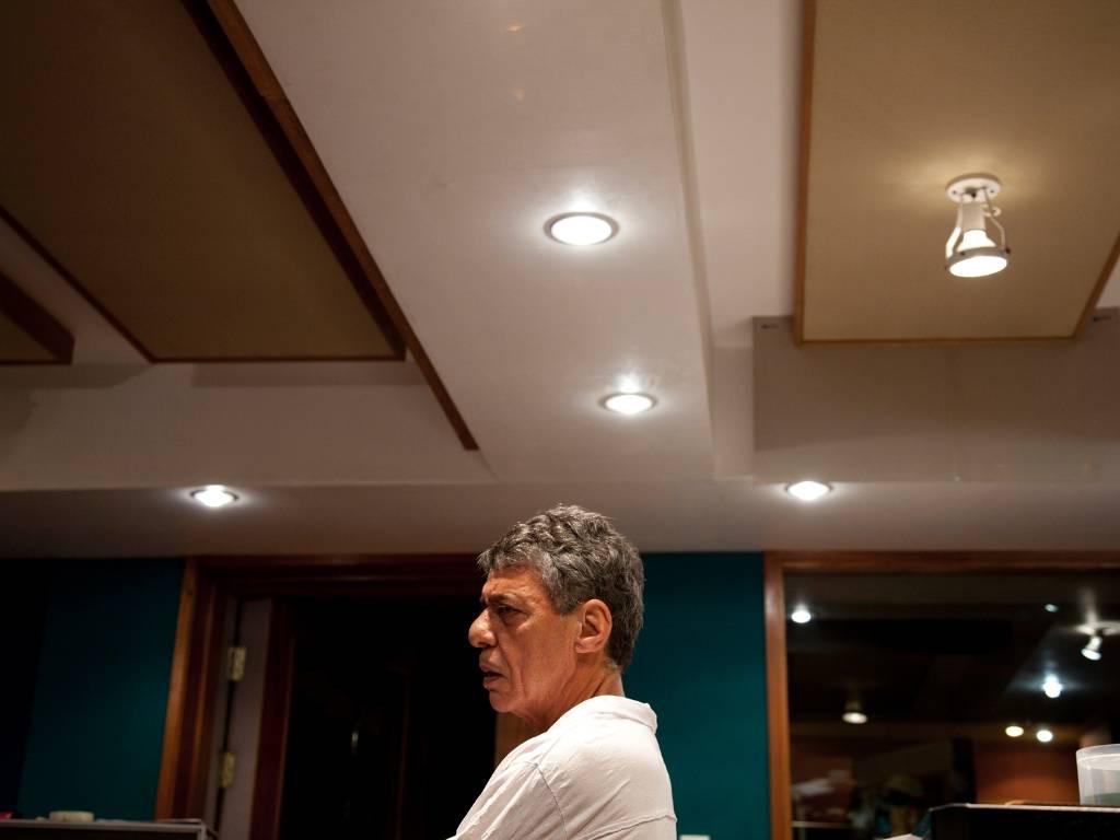 O cantor e compositor Chico Buaque durante as gravações do álbum