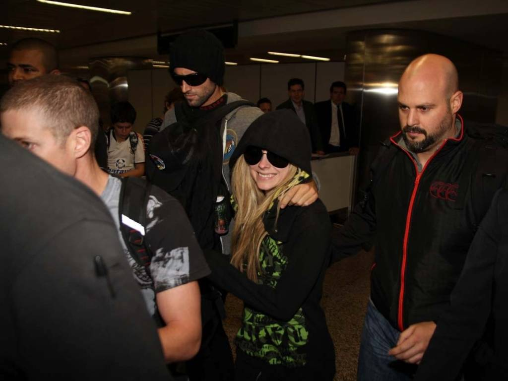 Avril Lavigne chega ao aeroporto de Guarulhos, em So Paulo, aps mais de 20h horas sem poder embarcar em Buenos Aires (27/07/2011)