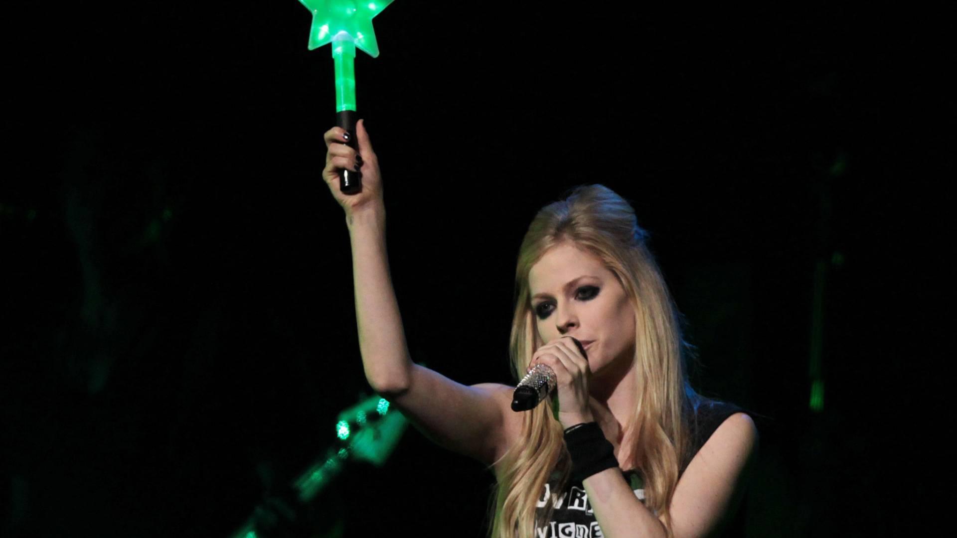 Avril Lavigne levanta estrela durante abertura do show no Credicard Hall em São Paulo (27/6/2011)