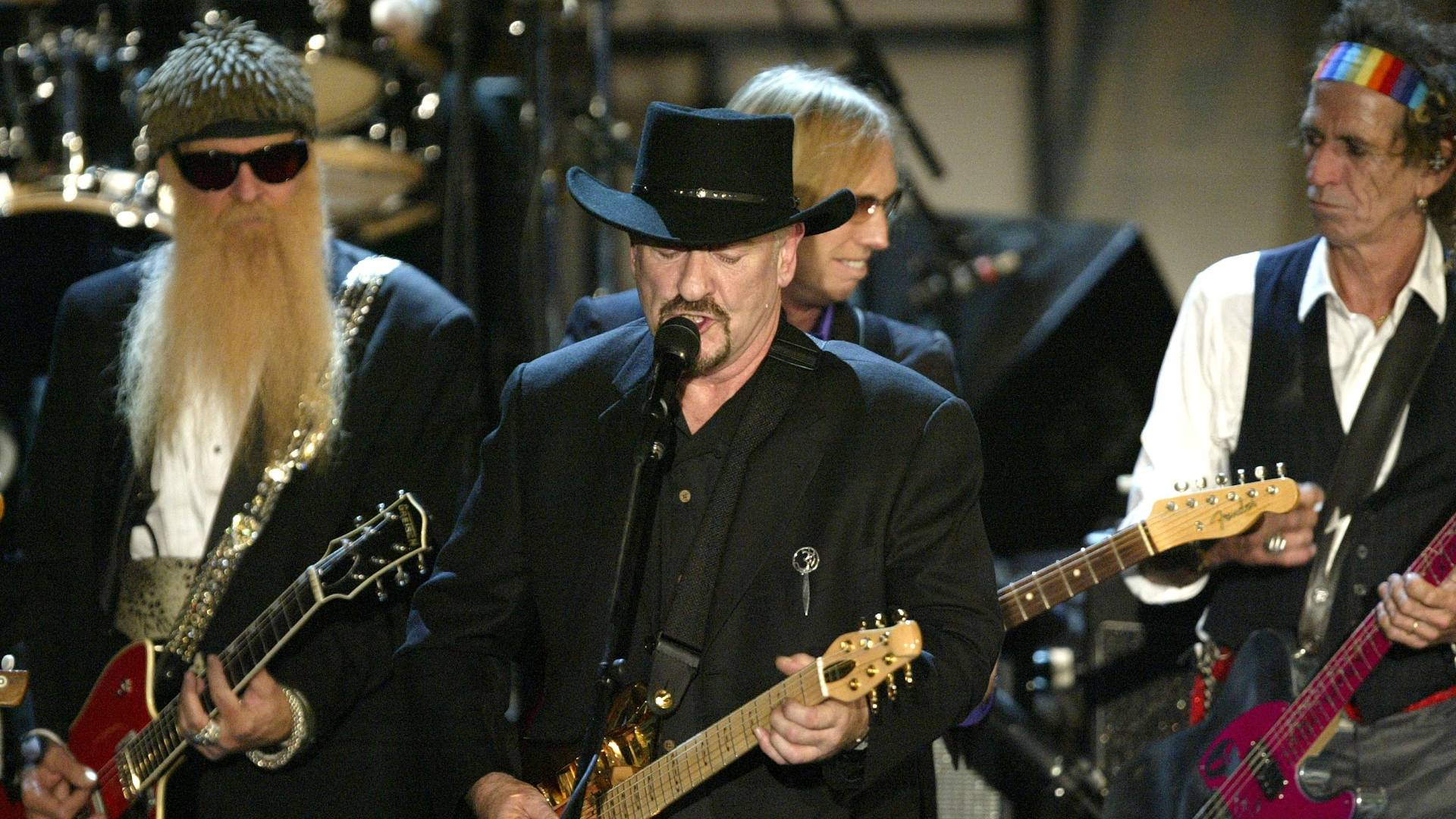 ZZ Top (esq.), Traffic (ao centro) e Keith Richards (dir.) se apresentam no jantar anual do Rock & Roll Hall Of Fame em hotel em Nova York (15/3/2004)