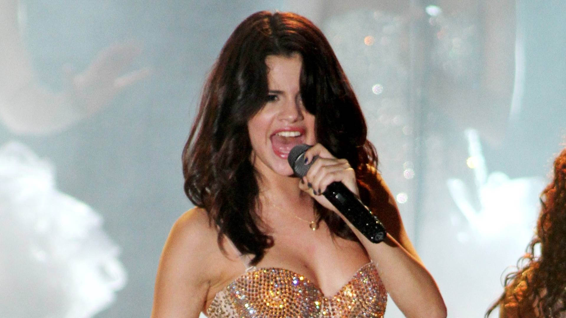 Com performances sensuais, Selena Gomez empolga o público em show na Flórida (28/7/11)