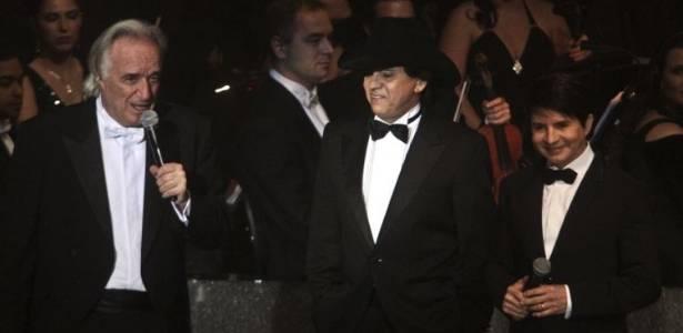 O maestro João Carlos Martins com a dupla Chitãozinho e Xororó durante a gravação do DVD
