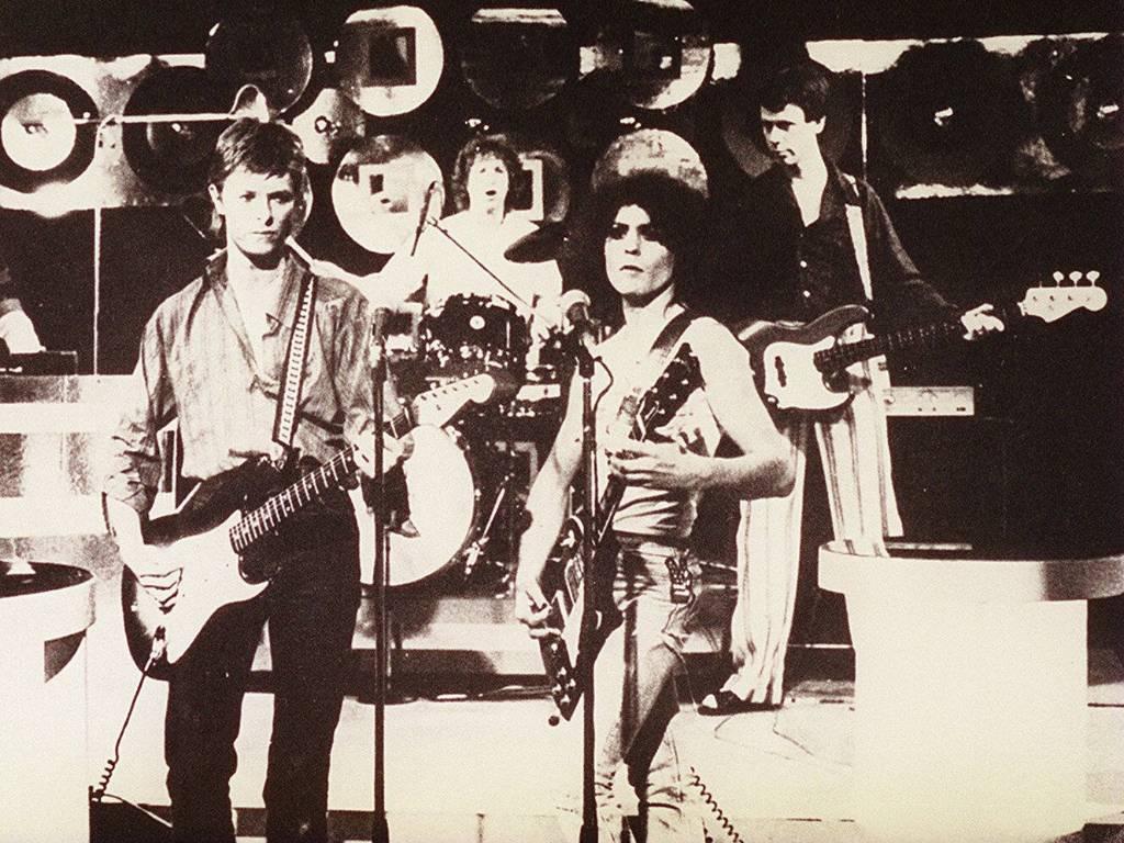 David Bowie (esq.) e Marc Bolan (dir.) e a banda T.Rex