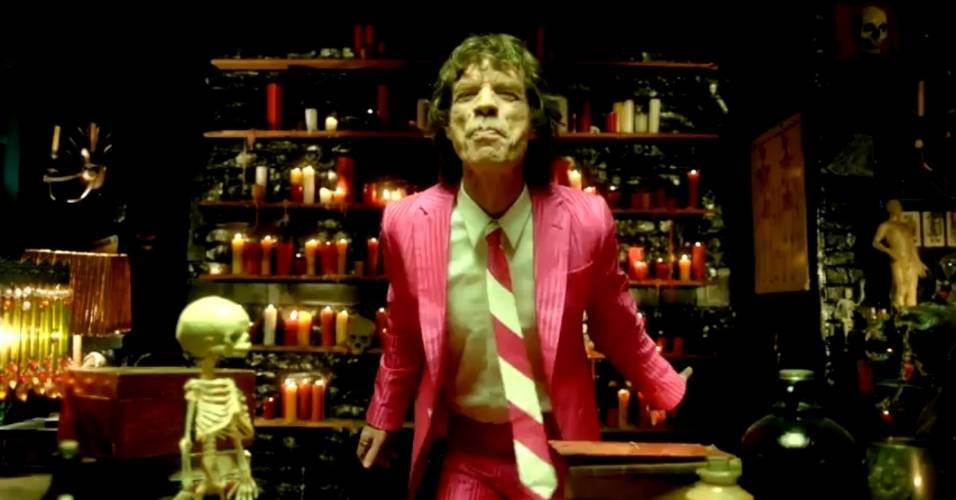 O vocalista Mick Jagger no clipe da música