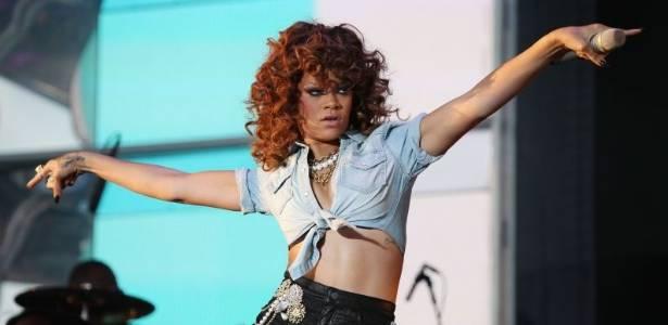 Rihanna faz show no  Hylands Park, em Londres (21/8/11)